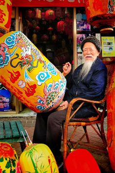 TIAWAN LANTERN PAINTER BY ARTIST UNKNOWN. While one will see many orange laterns along streets, on special occasions beautifully painted ones are the norm!! #taiwanese #art SEE MORE ART NOW www.richard-neuman-artist.com