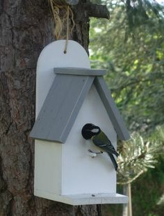Il est temps de penser à nos amis les oiseaux et nous allons leur fabriquer un nichoir avec des planches de palette. Facile à fabriquer et...