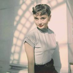 Audrey Hepburn Style Hair, Woman, Mens Tops, How To Wear, Clothes, Beauty, Vintage, Instagram, Fashion