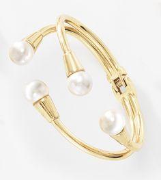Dale un toque personal a tu muñeca con esta pulsera de doble línea impresiona con sus extremos con perlas de color natural, elaborado en 4 baños de oro de 18 kt. Completa el set con los aretes 116262 y collar 116261. Modelo: 116264