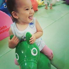 Instagram media yukimamy - 羽田にこんなとこあるなんて知らなかったー ありがたやー  #1歳 #女の子 #羽田空港 #子ども #ロディ