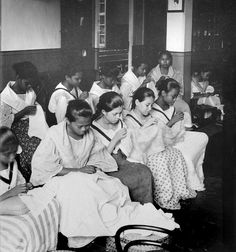 Embroiderers at Looban Convent, Paco - Near Manila, Philippines, late or ea. Philippines Culture, Manila Philippines, Philippines People, Old Photos, Vintage Photos, Philippine Holidays, Filipino Culture, Filipiniana, Tribal People