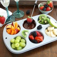 Inspired Edibles: DIY Chocolate Fondue for Two ---dark chocolate with fruit, healthier dessert for date night Fondue Recipes, Cooking Recipes, Cooking Tips, Dinner Recipes, Comida Picnic, Fondue Party, Good Food, Yummy Food, Tasty