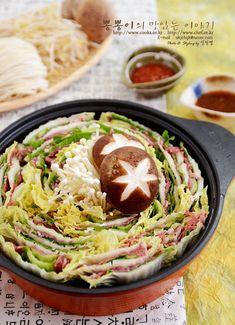 간단하면서 비주얼 짱~!! 밀푀유나베 ♥ 밀푀유나베만드는방법 / 밀푀유나베레시피 / 소고기샤브샤브만들기 / 밀푀유나베소스 신년에 떡만두국 끓여먹으려고 김치만두 만들어 놨었는데정작 떡국이아닌 샤브샤브? 전골을 만들어 먹었어요 ㅎㅎ 요즘 한창 유행인 밀푀유 나베~!!^^ 밀푀유가 천겹의 잎이라는 의미인데 요 밀푀유나베를 보면 아~!! 하게 된다는~~ ㅎㅎㅎ ... Thai Street Food, Japanese Street Food, Best Street Food, Asian Recipes, Real Food Recipes, Cooking Recipes, Yummy Food, Healthy Recipes, Vegetarian Recipes