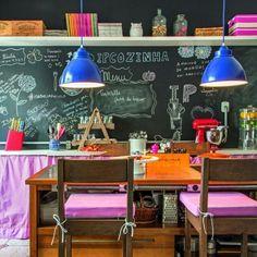 Pilotada pela chef carioca Isabella Pelúcio essa cozinha tem cara de ateliê gastronômico. Aqui ela prepara delícias rodeada de criatividade e bom humor. A bancada é da Tok & Stok e as cortinas coloridas da Panólatras. Fofa não? #revistacasaclaudia #decoração #cozinha #fun #colors #pink #rosa by revistacasaclaudia