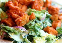 Es una ensalada muy nutritiva, saludable y exquisita. Esta receta de ensalada con salsa buffalo puede volverse una de tus favoritas. Aprende a prepararla en casa. VER TAMBIÉN:Ensalada refrescante con un toque frutal Necesitarás: 1-2 taza de lechuga romana picada. 5 onzas de pechugas de pollo. 1 …