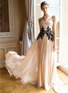 Vestido longo com aplicações em renda preta --------------------------------------------- http://www.vestidosonline.com.br/modelos-de-vestidos/vestidos-longos