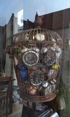 Vogelkooi met klokken / birdcage with clocks