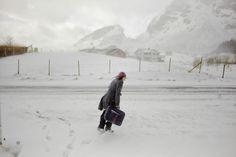 Μία γυναίκα περπατάει κόντρα στον άνεμο στο νησί Lovund.