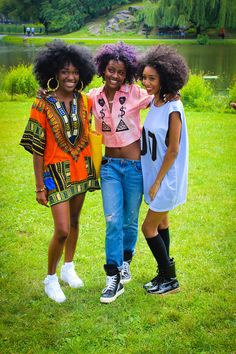 Justine Skye (in the middle) natural hair and style. Street style New York.