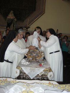 las hermanas están cambiando a la virgencita de San Juan