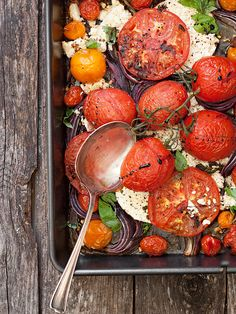 Warm Roasted Tomato, Onion and Feta Salad | http://www.shivohamyoga.nl/ | #vegan #food #recipe