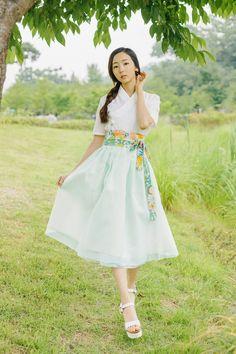 Korean Fashion – How to Dress up Korean Style – Designer Fashion Tips Korean Traditional Dress, Traditional Fashion, Traditional Dresses, Oriental Dress, Oriental Fashion, Korean Dress, Korean Outfits, Korean Street Fashion, Asian Fashion