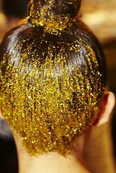 Gold glitter top bun - the expensive way or the cheap way ! Hair Inspo, Hair Inspiration, Glitter Make Up, Gold Glitter, Gold Gold, Glitter Wine, Gold Sparkle, Glitter Nails, Carnival