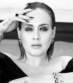 Adele Posa deslumbrante para ensaio e fala sobre depressão pós-parto