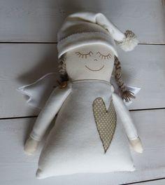 Berta dobrá víla spící Fleecový andílek-minipolštářek . Aplikace z bavlněných pláten. Výplň: duté vlákno. Velikost: cca. 32x32 cm vč. křidel z filcu