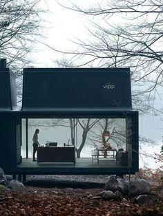 """La """"cabina"""" minimalista, ma curata in ogni dettaglio e comfort, è un pre-fabbricato, pensato e costruito a Copenaghen dallo studio di design danese  Vipp  . Con una superficie di 55 metri quadrati e le sue pareti trasparenti questo rifugio è perfettamente integrato nel paesag"""