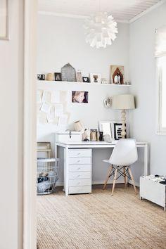 Perheen äidin valoisa työhuone.    Unelmien Talo&Koti Kuva: Juho Huttunen Toimittaja: Anna Pirkkola