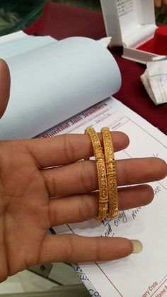 Plain Gold Bangles, Gold Bangles Design, Gold Jewellery Design, Gold Jewelry, Jewelry Design Earrings, Gold Earrings Designs, Necklace Designs, Jewelry Patterns, Collections