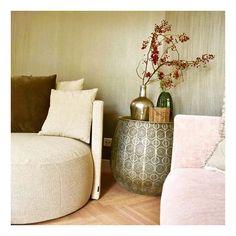 Beautiful colours. De luxe ronde fauteuil nodigt uit om heerlijk in weg te kruipen... Roze bank is gedurfd, maar oh zo mooi! Behang van ArteWalls geeft een chique touch aan het geheel. - - - - #colors_of_day #interieuraddict #interior #interieurstylist #behang  #interiordesign #lounge #zithoek #woonkamer #kleur