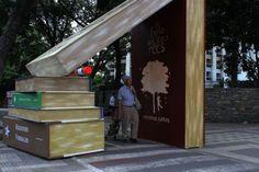 El artista plástico Jonathan Cardona instaló estos libros gigantes para dar inicio a la 8va Feria del Libro en Caracas: ow.ly/A9Vo30dOB1U