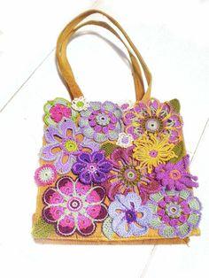 J'adore ce sac avec ces fleurs au crochet.