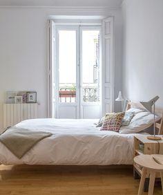 Dormitorio - AD España, © David Zarzoso Cama de Muji, lámparas de Santa & Cole y mesillas de Ikea. Foto David Zarzoso