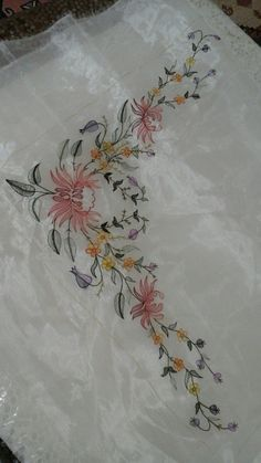 This Pin was discovered by jan Embroidery On Clothes, Silk Ribbon Embroidery, Embroidery Fashion, Crewel Embroidery, Machine Embroidery, Embroidery Suits Design, Hand Embroidery Designs, Embroidery Patterns, Crotchet Patterns