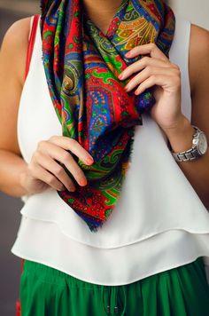 Cómo combinar un pañuelo de colores en tu look de primavera