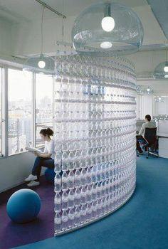 separador de espacios con botellas recicladas