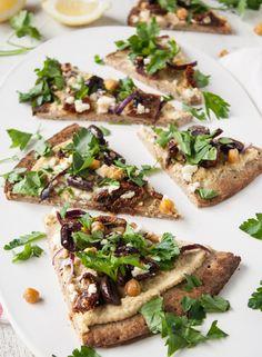 Pizza mediterrânea com homus. Veja como fazer: http://casadevalentina.com.br/blog/detalhes/pizza-mediterranea-com-homus-3282 #receita #recipes #casadevalentina #pizza