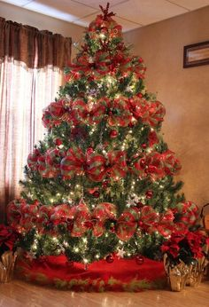 Best Christmas tree decor ideas & inspirations for 2019 Gold Christmas Decorations, Ribbon On Christmas Tree, Holiday Centerpieces, Christmas Tree Themes, Silver Christmas, Noel Christmas, Rustic Christmas, Christmas Wreaths, Christmas Ornaments