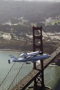 Space shuttle Endeavour and its carrier aircraft soar over the Golden Gate Bridge in San Francisco during the final portion of its tour of California, on September (AP Photo/NASA, Carla Thomas) # Endeavor Shuttle, Photo Avion, San Francisco, Space And Astronomy, Nasa Space, Photos Voyages, Boeing 747, Space Shuttle, Grand Tour
