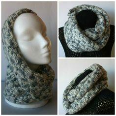 Cuello de doble vuelta en lana gris jaspeada, tejido a mano.