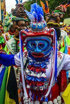 hombre enmascarado vestido colorido en el Carnaval (Carnaval) en Santo Domingo, República Dominicana, Antillas, Caribe, América Central