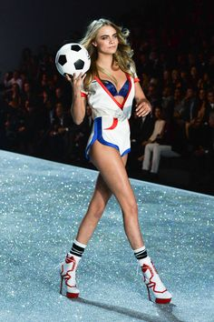 Cara Delevingne sexy on the Victoria Secret runway. Moda Victoria Secret, Victoria Secret Angels, Victorias Secret Models, Victoria Secret Fashion Show, Cara Delevingne, Vs Fashion Shows, Fashion Models, Fashion Outfits, Fashion Tips