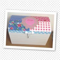 Speelgoedkist met geboortekaartje van Atelier Nanda