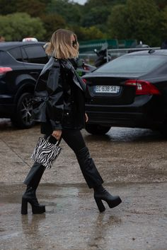 Take a Walk in the Hottest Boot Trend of the Season - Street style outfit with black platform boots. Mode Outfits, Grunge Outfits, Fashion Outfits, Fashion Weeks, Daily Fashion, Star Fashion, Paris Fashion, Womens Fashion, Street Fashion