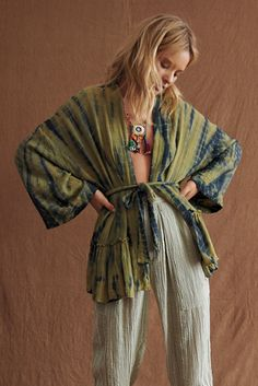 An easy addition to your everyday essentials, this effortless kimono from our Free People collection is. Kimono Outfit, Boho Kimono, Kimono Fashion, Boho Fashion, Autumn Fashion, Kimono Top, Fashion Outfits, Diy Clothes Kimono, Male Kimono