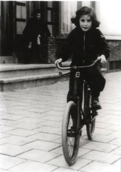 Jacqueline Bertha Rosa Drielsma (* Batavia, 3 February 1933 – Auschwitz, 24 September Jacqueline was murdered at the age of 9 years. History Magazine, Young Life, Child Face, Anne Frank, Le Far West, 9 Year Olds, World War Two, Historical Photos, Children