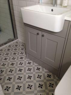 Tiles and basin 1930s Bathroom, Chic Bathrooms, White Bathroom, Bathroom Interior, Interior Design Living Room, Small Bathroom, New Bathroom Ideas, Bathroom Tile Designs, Bathroom Floor Tiles