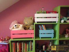 Dřevěná bedýnka na hračky a knihy v dětském pokoji, rozměry a barva na přání. #barevnabedynka #bedynkanahracky #drevenabedynka #bedynkazedreva  #uloznyprostor #nabytkovasestava #inspirace Toy Chest, Storage Chest, Bookcase, Shelves, Toys, Furniture, Home Decor, Activity Toys, Shelving