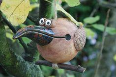 Pták zoban- tmavý kropenatý Modelovaná keramika, pálená při 1100°C. Každý kus je originál. Vhodné zavěsit do interiéru i ven. Statný pták na větvi, zobák zvlášť dlouhý a špičatý, zajímavá lesklá glazura. Tělo- režná hlína, rezavá barva, průměr těla 7 cm, od zobáku k ocasu cca 16 cm.