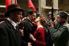 Ida Dalser (Giovanna Mezzogiorno) probeert Mussolini (Filippo Timi) te kussen tijdens een demonstratie in een scène uit de film Vincere