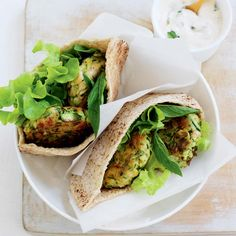 Courgette fritter-filled pitas with tzatziki - Healthy Food Guide Vegetarian Dinners, Vegetarian Recipes, Healthy Recipes, Yummy Recipes, Recipies, Zucchini Fritters, Tzatziki, Meals For The Week, Main Meals