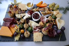 How to Assemble the Perfect Cheese Plate: All the help you need to build the perfect crowd-pleasing appetizer. via (Cheese Plate Display) Appetizer Recipes, Appetizers, Good Food, Yummy Food, Healthy Food, Cheese Party, Cheese Platters, Chefs, Gastronomia
