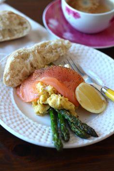 As Minhas Receitas: Espargos Verdes com Salmão Fumado e Ovos Mexidos