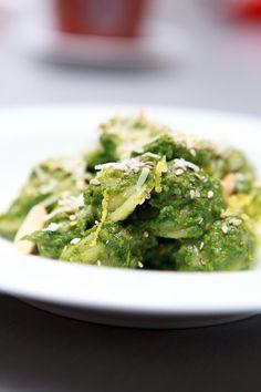 Leckere Pasta mit Pesto aus Erdnüssen, Spinat, Bärlauch und Cherry-Rispentomaten.