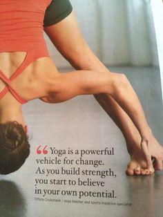 Prasarita Padottanasana regala serenità. Le cellule del cervello vengono calmate e i battiti del cuore vengono rallentati. #yoga #asana