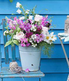 Sommerstrauß aus Rosen, Kosmeen und Wicken